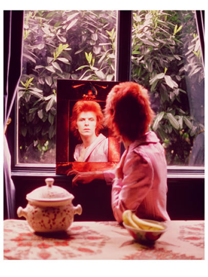 1972 bowie and friends put the finishing touches to the look of his